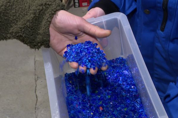 Les bouchons de plastique réduits en poudre par Léa et Romain, cette dernière devient alors une matière et permet la création d'autres objets