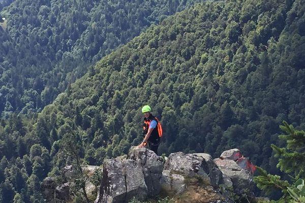 Les gendarmes de montagne tentent de trouver des solutions pour sécuriser le chemin en contrebas.