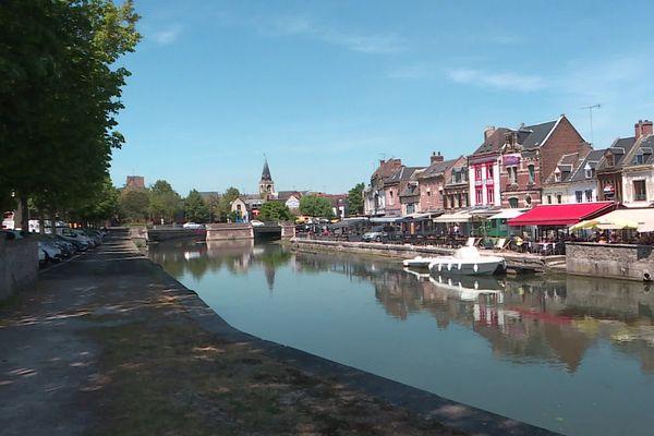 À la mi-journée, l'activité tourne au ralenti dans les restaurants du quai Bélu à Amiens.