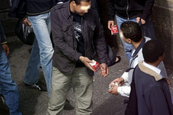Six hommes âgés de 23 à 29 ans ont été condamnés vendredi 26 mars à Lyon pour un vaste trafic de tabac, à des peines de six mois de prison avec sursis à trois ans d'emprisonnement, dont deux ferme. Image d'archives.