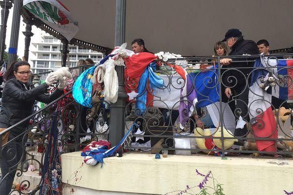 Le bénévoles transportent les peluches et autres objets en mémoire des victimes de l'attentat avec des gants pour les protéger.