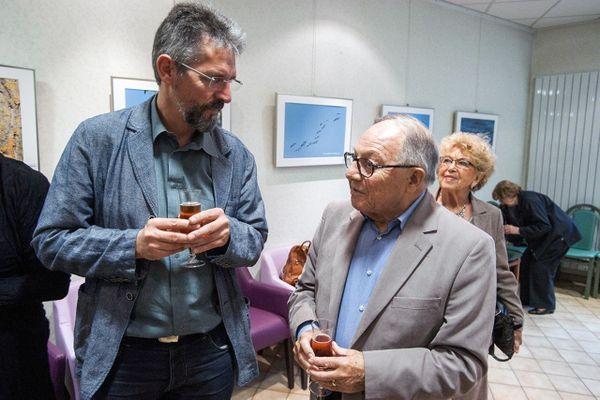 Michel Roger (à droite) et sa femme Rosa, s'entretenant avec le secrétaire départemental du PCF de l'Oise Thierry Aury.