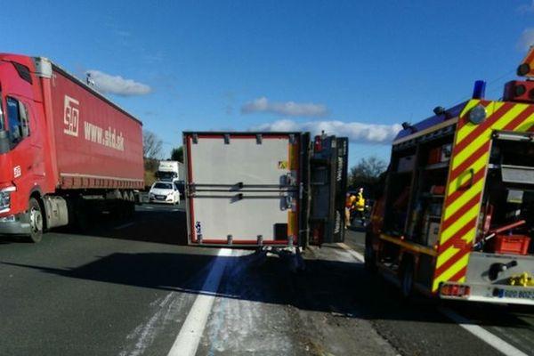 Un chauffeur de camion d'une cinquantaine d'années est décédé ce midi des suites d'un accident survenu sur l'A9 à hauteur de Mèze (Hérault).