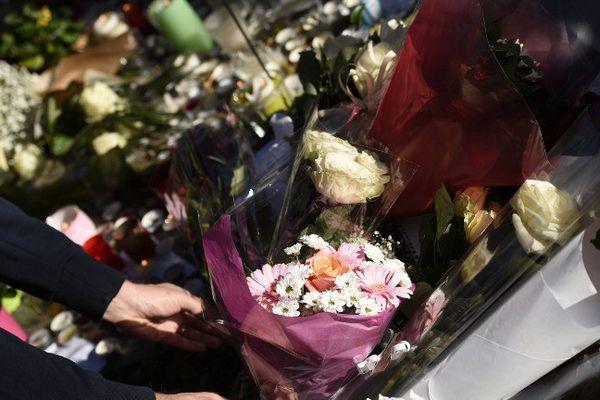 Depuis les attaques, anonymes et personnalités se succèdent pour rendre hommage aux victimes du Bataclan.