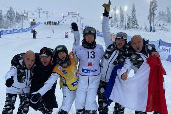 """""""Un samedi en OR pour l'équipe de Drapeau de la France de Ski de bosses"""", a tweeté la fédération française de ski."""