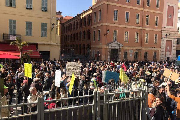 """300 à 400 personnes se sont rassemblées sur la place du palais de justice, au coeur du vieux Nice, pour dénoncer """"la dictature sanitaire"""","""