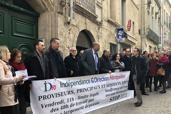 Une quarantaine de personnes ont manifesté vendredi 31 janvier devant le rectorat à Montpellier pour dénoncer la surcharge de travail des personnels de direction.