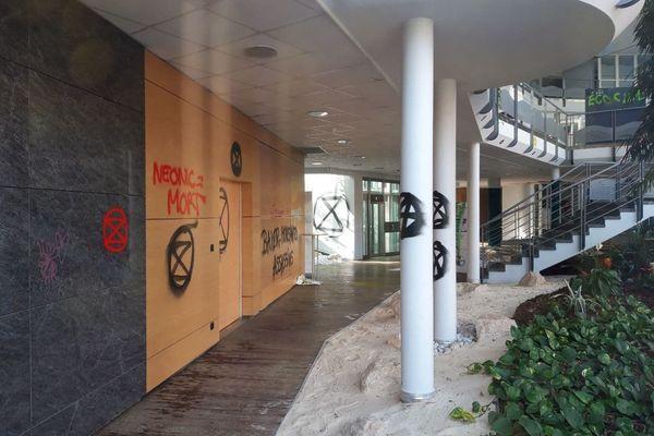 """Les murs du siège de Bayer à Lyon, tagués par des activistes du mouvement écologiste """"Extinction Rebellion"""" vendredi 19 mars."""