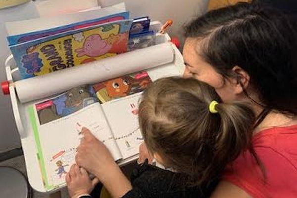 Audrey Gaillard et sa fille Lily lors d'une leçon à la maison.