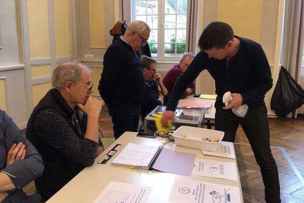 Dans les bureaux de vote à Morlaix, pour le premier tour des municipales
