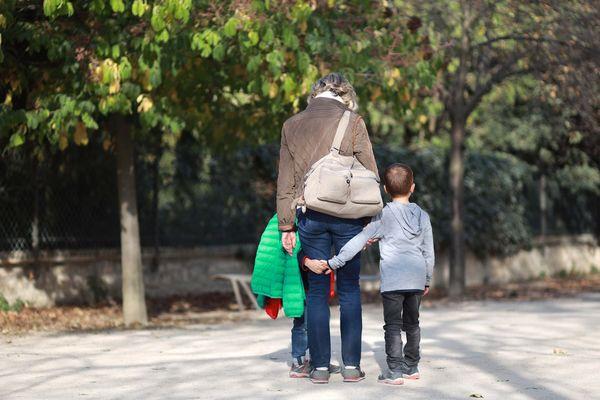 Confinement : est-ce que j'ai le droit d'emmener mes enfants dehors ?