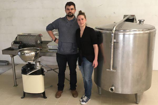 En couple à la ville, Antoine et Margaux sont en train d'installer leur laiterie dans un entrepôt près de Tinqueux.