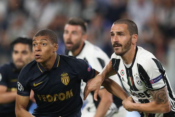 Kylian Mbappe au coude à coude avec le défenseur de la Juventus, Leonardo Bonucci durant la demi-finale de la Ligue des champions le 9 mai 2017 à Turin (Italie)
