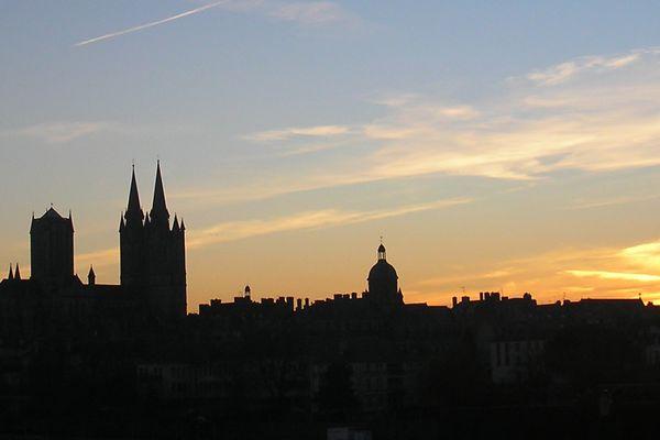 Ombre et lumière : un calme coucher de soleil à Coutances, dans la Manche.