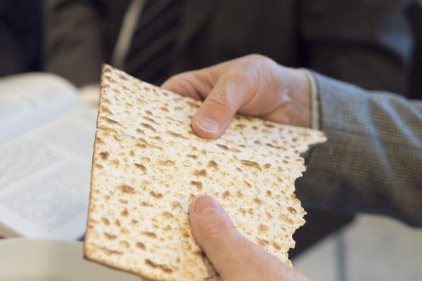Le pain azyme, c'est-à-dire sans levain, fait partie des aliments traditionnels des fêtes de Pessah.