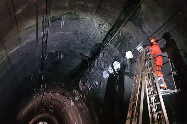 Dans le tunnel de la Motte près de lisieux, le Paris-Caen-Cherbourg ne pouvait plus circuler ce dimanche 14 février, jusqu'à 15 Heures, à causes des stalactites.