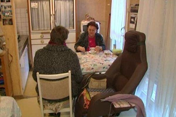 Une bénévole des Petits Frères des Pauvres chez une personne âgée