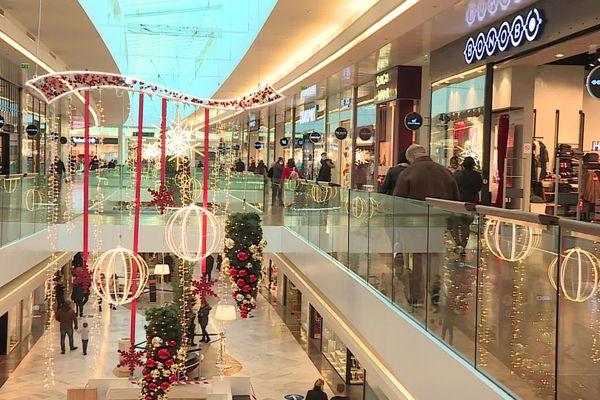 Une affluence toute relative dans les allées du centre commercial de la Toison d'Or en matinée ce samedi 28 novembre