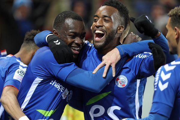 La joie communicative des Strasbourgeois après le 1e but, inscrit par Stéphane Bahoken. C'est la 1ère réalisation de l'attaquant en Ligue 1 avec le Racing.