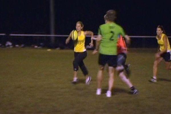 """Chaque mercredi, les femmes des joueurs de l'ASM Clermont Auvergne se retrouvent sur un terrain pour un """"Touch Rugby"""", une discipline que leur ont présentée les néozélandaises."""