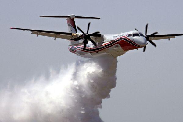 Photo d'illustration : un bombardier d'eau Dash effectue un largage de retardant, le 17 juillet 2005, lors d'un essai.
