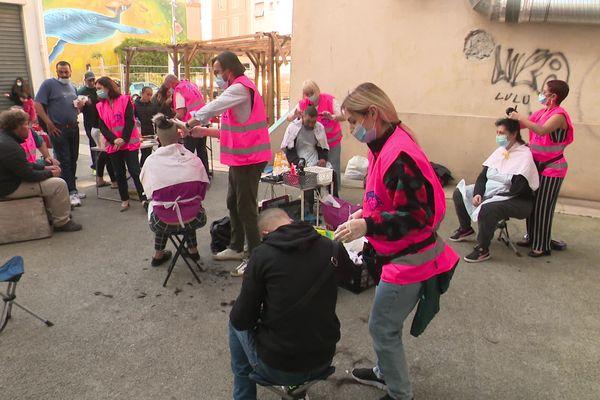 De nombreux coiffeurs du coeur se sont installés sur cette place de la Seyne-sur-Mer, dans le Var.