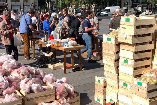 Les exploitants du syndicat agricole Modef vendent des fruits et légumes place de la Bastille