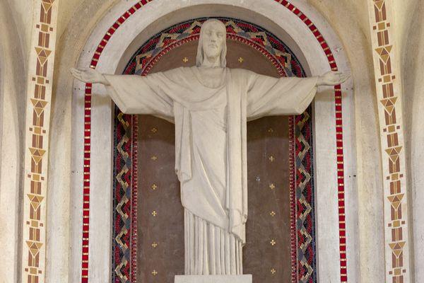 Le Christ de Ciry-Salsogne, réalisé en plâtre, mesure environ 2,30 mètres.