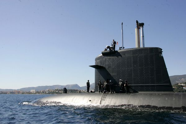 Le sous-marin Perle en rade de Toulon.