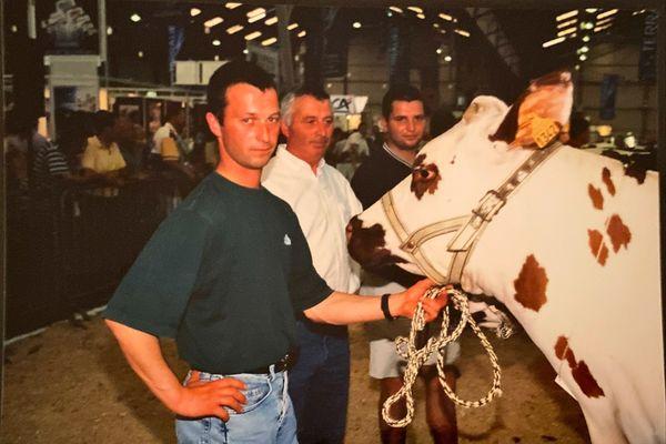 Daniel Binet (en chemise blanche) entouré de ses deux fils, lors d'un concours agricoles en 2002, à Saint-Brieuc