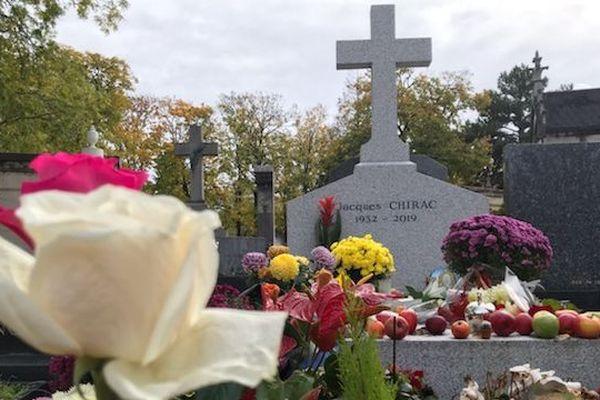 Des visiteurs ont laissé des pommes sur la tombe de Jacques Chirac, en référence au slogan de sa campagne présidentielle de 1995.