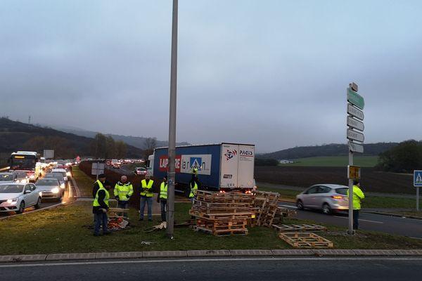 A Pérignat-lès-Sarliève, au sud de Clermont-Ferrand, des gilets jaunes filtrent la circulation lundi 19 novembre.