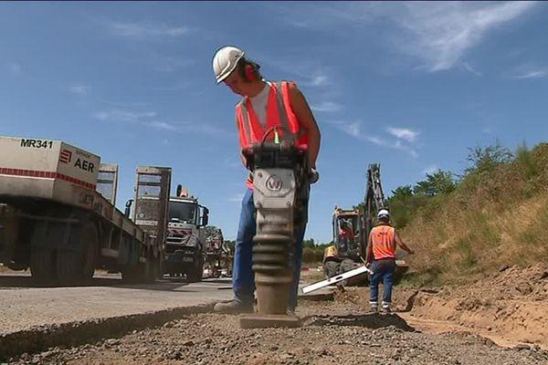 Les ouvriers réduisent de 5 mètres la taille de la brettelle.