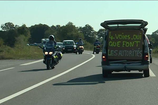 Nouvelle opération escargot sur la route départementale Nantes - Pornic pour demander une accélération de la mise en 2x2 voies