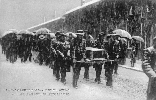 Le cortège funéraire des victimes de la catastrophe de Courrières, sous la neige.