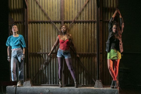 De gauche à droite : Clara (Amel Charif) ; Mimi (Gigi Ledron) ; Carmen (Catherine Wilkening)