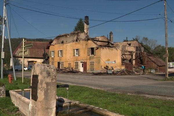 Le bar-restaurant La Cude à Hyémondans, a été détruit dans un incendie le 9 octobre 2021.