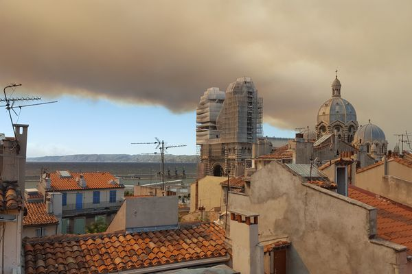 Le feu continue d'évoluer vers les Pennes Mirabeau et Marseille. De nombreuses habitations se trouvent dans l'axe.
