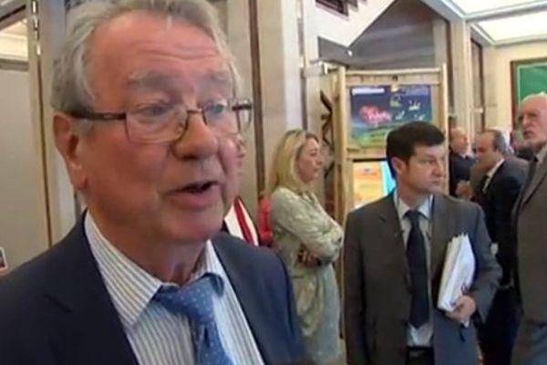 Jean-Claude Peyronnet(1er plan) et Jean-Pierre Demerliat (second plan à droite), lors d'une interview sur la réserve parlementaire (juillet 2013)
