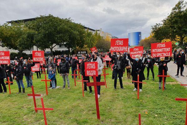 Plus de 500 personnes se sont rassemblées, jeudi 22 octobre, devant la préfecture de Rouen pour alerter sur leur métier en danger.