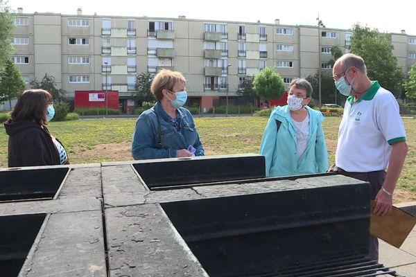 Des habitants du quartier et membres de la Confédération Syndicale des Familles 79 se retrouvent autour des barbecues partagés du quartier pour faire le point sur les nuisances.