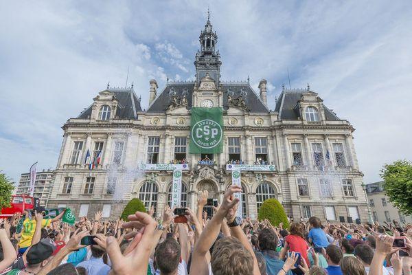 L'an dernier, la foule s'était rassemblée à la mairie pour célébrer la victoire du CSP.