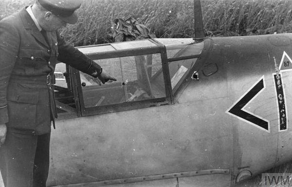 Des balles ont transpercé le cockpit de Werner Bartels, qui a été blessé.