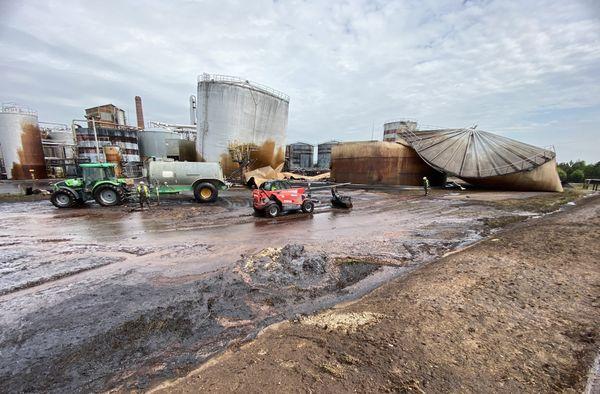La mélasse s'est répandue autour du silo.