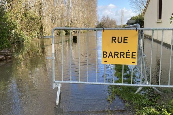 Plusieurs routes et des rues dans les villages autour de st-Pierre-d'Oléron sont coupées par les inondations.