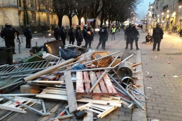Les barricades devant la cathédrale Saint André