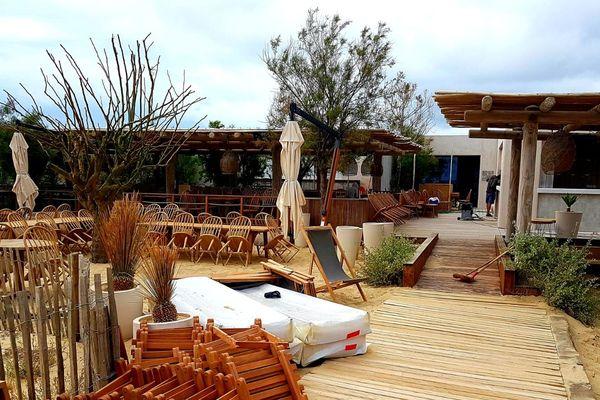 Un établissement de plage prêt à accueillir les clients sur la plage de Pampelone, dans le Var.