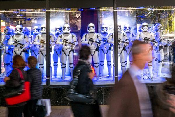 """Des vitrines aux tonalités """"Star Wars"""", à Paris."""
