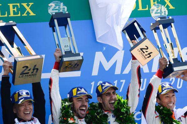 Fernando Alonso, Sébastien Buemi et Kazuki Nakajima sur le podium des 24 Heures du Mans après leur victoire avec la Toyota n°8.