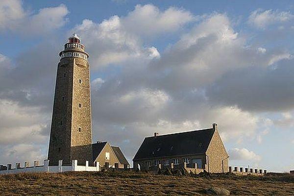 Une matinée nuageuse précédera les éclaircies sur le phare du Cap Lévi, à Fermanville dans la Manche.
